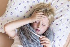 άρρωστο θερμόμετρο παιδιώ Στοκ φωτογραφίες με δικαίωμα ελεύθερης χρήσης
