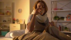 Άρρωστο θηλυκό που πάσχει το επώδυνο πόσιμο νερό λαιμού από το γυαλί, εποχιακή γρίπη απόθεμα βίντεο