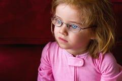 Άρρωστο κορίτσι με τα πολύ παχιά γυαλιά και τα ενισχυμένα μπλε μάτια Στοκ φωτογραφία με δικαίωμα ελεύθερης χρήσης