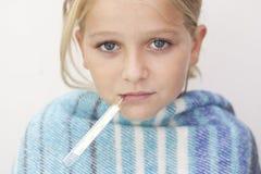 Άρρωστο κορίτσι με τον πυρετό Στοκ Φωτογραφία