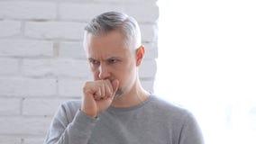 Άρρωστο μέσο ηλικίας άτομο που βήχει, βήχας στοκ εικόνες