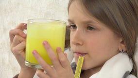 Άρρωστο παιδί που παίρνει τα φάρμακα, ανεπαρκές λυπημένο πρόσωπο κοριτσιών με το θερμόμετρο στον καναπέ 4K απόθεμα βίντεο