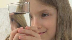 Άρρωστο παιδί που προετοιμάζει τα φάρμακα κατανάλωσης με το νερό, λυπημένο ανεπαρκές πρόσωπο κοριτσιών στον καναπέ φιλμ μικρού μήκους