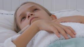 Άρρωστο παιδί στο κρεβάτι, άρρωστο παιδί με το θερμόμετρο, κορίτσι στο νοσοκομείο, ιατρική χαπιών απόθεμα βίντεο