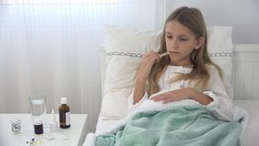 Άρρωστο παιδί στο κρεβάτι, άρρωστο παιδί με το θερμόμετρο, που υφίσταται το κορίτσι, ιατρική χαπιών φιλμ μικρού μήκους