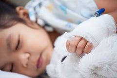 Άρρωστο παιδί girl& x27 χέρι του s με αλατούχοι ενδοφλέβιο & x28 iv& x29  σταλαγματιά στοκ φωτογραφία με δικαίωμα ελεύθερης χρήσης