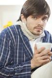 άρρωστο τσάι ατόμων φλυτζα& στοκ εικόνα με δικαίωμα ελεύθερης χρήσης