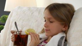 Άρρωστο τσάι λεμονιών κατανάλωσης πορτρέτου παιδιών, λυπημένο ανεπαρκές πρόσωπο μικρών κοριτσιών στο κρεβάτι, καναπές 4K απόθεμα βίντεο