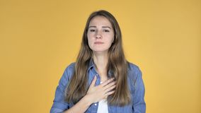 Άρρωστο όμορφο βήξιμο γυναικών που απομονώνεται στο κίτρινο υπόβαθρο απόθεμα βίντεο