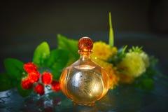 Άρωμα με ένα τρυφερό λουλούδι και τις πτώσεις του νερού Στοκ Φωτογραφία