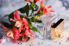 Άρωμα με τα ρόδινα λουλούδια Στοκ Εικόνες