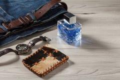 Άρωμα, ρολόι, πορτοφόλι και τζιν παντελόνι ατόμων με τη ζώνη δέρματος Στοκ εικόνες με δικαίωμα ελεύθερης χρήσης