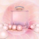 Άρωμα στα μπουκάλια ενός γυαλιού και τις χάντρες μαργαριταριών στο ροζ Στοκ Εικόνες