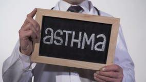 Άσθμα που γράφεται στον πίνακα στα χέρια γιατρών, γενετική ασθένεια πνευμόνων, κακή οικολογία φιλμ μικρού μήκους