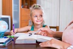 Δάσκαλος και κορίτσι που μελετούν στο σπίτι Στοκ φωτογραφία με δικαίωμα ελεύθερης χρήσης