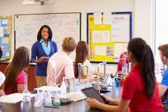 Δάσκαλος και μαθητές στην κατηγορία επιστήμης γυμνασίου Στοκ Φωτογραφία