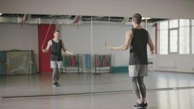 Άσκηση άλματος κατάρτισης ατόμων ικανότητας στο πηδώντας σχοινί στη λέσχη γυμναστικής απόθεμα βίντεο