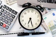 Άσκηση ή πρόβλεψη προϋπολογισμών με την εκλεκτής ποιότητας έννοια ρολογιών Στοκ Φωτογραφία