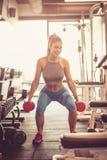 Άσκηση βάρους Γυναίκα στη γυμναστική στοκ εικόνα με δικαίωμα ελεύθερης χρήσης