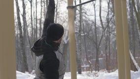 Άσκηση γυμναστικής κατάρτισης ατόμων στο χώρο χειμερινών αθλήσεων Έννοια αθλητικής κατάρτισης απόθεμα βίντεο