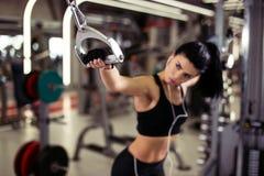 Άσκηση γυναικών με τη διασταύρωση καλωδίων στη γυμναστική εστίαση σε ετοιμότητα κοριτσιών Εκλεκτική εστίαση Στοκ Εικόνες