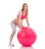 Άσκηση εγκύων γυναικών και να προθερμανθεί με τη σφαίρα Στοκ Φωτογραφίες