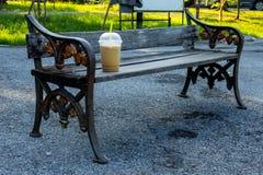 Άσκηση εδρών και κρύο πρωί καφέ ποτών Στοκ εικόνα με δικαίωμα ελεύθερης χρήσης