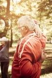 Άσκηση εργασίας ατόμων για τα χέρια και πίσω στο πάρκο στοκ φωτογραφίες με δικαίωμα ελεύθερης χρήσης