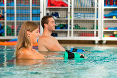 άσκηση ζευγών aquarobics Στοκ εικόνα με δικαίωμα ελεύθερης χρήσης