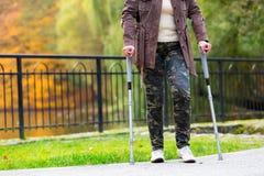 Άσκηση ηλικιωμένων γυναικών που περπατά στα δεκανίκια Στοκ φωτογραφία με δικαίωμα ελεύθερης χρήσης