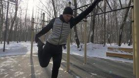 Άσκηση κατάρτισης νεαρών άνδρων workout στο χώρο χειμερινών αθλήσεων απόθεμα βίντεο