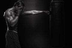 Άσκηση μαχητών MMA με τον εγκιβωτισμό της τσάντας Στοκ φωτογραφία με δικαίωμα ελεύθερης χρήσης