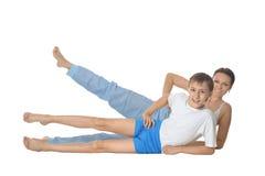 Άσκηση μητέρων και γιων Smilling Στοκ φωτογραφία με δικαίωμα ελεύθερης χρήσης