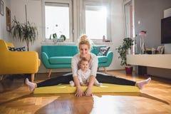 Άσκηση μητέρων με το μωρό της στο σπίτι Στοκ Φωτογραφία