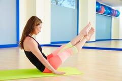 Άσκηση μπούμερανγκ γυναικών Pilates workout στη γυμναστική Στοκ εικόνες με δικαίωμα ελεύθερης χρήσης