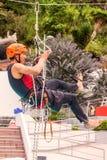 Άσκηση που αναρριχείται στη διάσωση Εκπαιδευτικοί άνθρωποι διάσωσης Αποκατάσταση που χρησιμοποιεί τις τεχνικές σχοινιών Στοκ Φωτογραφία