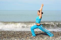 άσκηση που κάνει τη γυναίκ Στοκ φωτογραφία με δικαίωμα ελεύθερης χρήσης