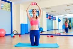 Άσκηση σφαιρών άμμου γυναικών Pilates workout στη γυμναστική Στοκ εικόνες με δικαίωμα ελεύθερης χρήσης