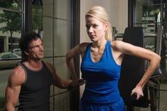 άσκηση της γυναίκας ανδρών Στοκ φωτογραφία με δικαίωμα ελεύθερης χρήσης