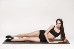 άσκηση της γυναίκας χαλιώ Στοκ Φωτογραφίες