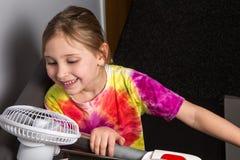 Άσκηση του κοριτσιού με τον ανεμιστήρα Στοκ Φωτογραφίες