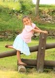 Άσκηση του χαμογελώντας κοριτσιού Στοκ εικόνα με δικαίωμα ελεύθερης χρήσης