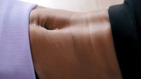 Άσκηση ABS, κινηματογράφηση σε πρώτο πλάνο κοιλιών της γυμνής γυναίκας φιλμ μικρού μήκους