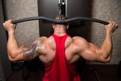 Άσκηση Bodybuilder πίσω στη μηχανή στοκ φωτογραφία