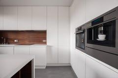 Άσπρα έπιπλα στην ξύλινη κουζίνα στοκ φωτογραφίες με δικαίωμα ελεύθερης χρήσης