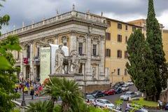 Άσπρα αγάλματα της σκάλας καστόρων και του Pollux και cordonata Piazza del Campidoglio Capitoline στην πλατεία στο Hill Capitolin Στοκ Εικόνα