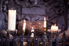 Άσπρα αναμμένα κεριά Στοκ φωτογραφία με δικαίωμα ελεύθερης χρήσης