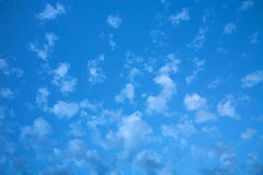 Άσπρα αραιά σύννεφα στο μπλε ουρανό Στοκ Εικόνες