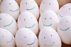 Άσπρα αυγά χαμόγελου στο δίσκο οριζόντιο Στοκ εικόνες με δικαίωμα ελεύθερης χρήσης