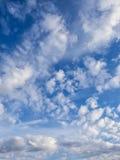 Άσπρα, αυξομειούμενα σύννεφα στο μπλε ουρανό Στοκ φωτογραφίες με δικαίωμα ελεύθερης χρήσης